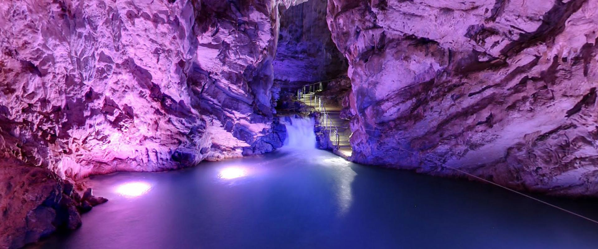 Visit the Pertosa caves